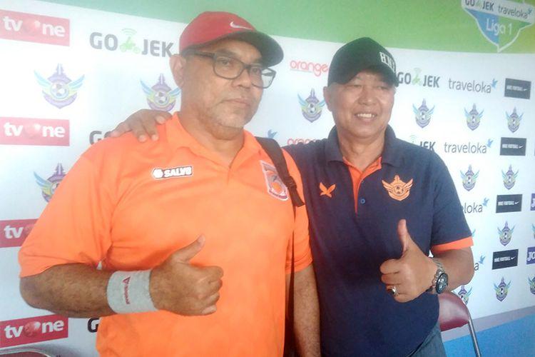 Pelatih Borneo FC Iwan Setiawan (kiri) bersama dengan pelatih Persegres Gresik United Hanafi.