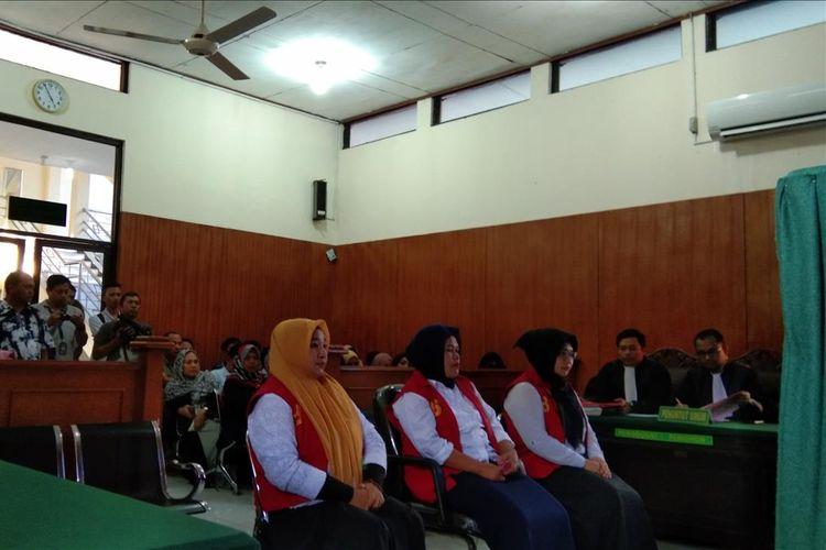 Tiga emak-emak Pepes saat menjalani sudang dengan agenda tuntutan di Ruang Sidang Kusuma Atmaja PN Karawang, Kamis (18/7/2019).