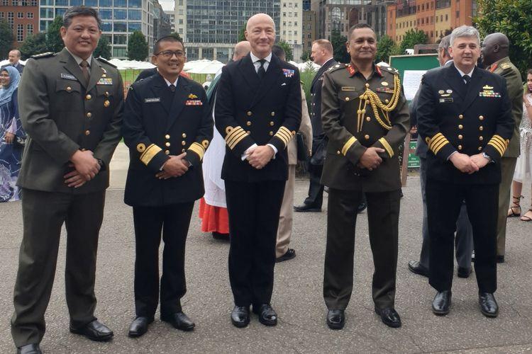 Kolonel Agustinus Purboyo (kiri) menjadi perwira TNI pertama yang menyelesaikan program Postgraduate Certificate in Security and Strategy for Global Leaders, yang diselenggarakan oleh Kings College London (KCL).