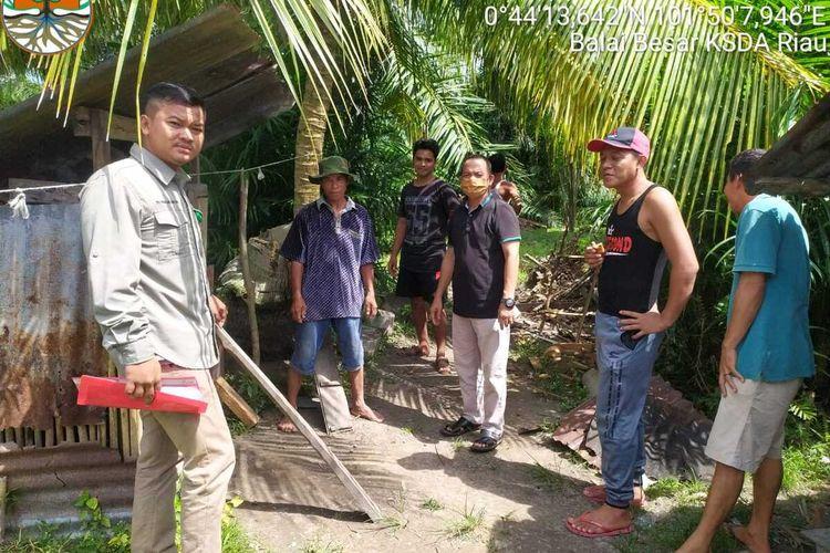 Petugas BBKSDA melakukan pengecekan ke lokasi dengan Penghulu dan masyarakat Kampung Sengkemang terkait kemunculan beruang, Minggu (5/7/2020). Dok BBKSDA Riau