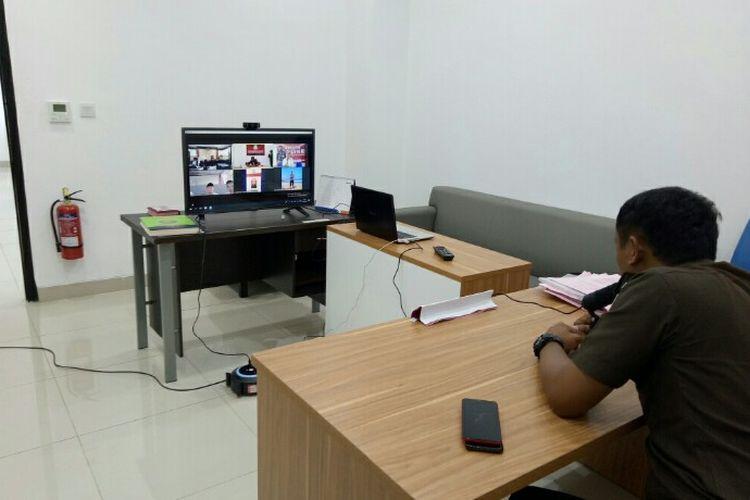 Kejaksaan Negeri (Kejari) Kota Tangerang Selatan turut berupaya menekan penularan pwnyakit covid-19 dengan cara menggelar sidang via online. Sidang tersebut diberlakukan sejak Senin (30/3/2020) lalu sampai batas waktu yang belum ditentukan.