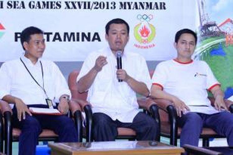 Petinggi pertamanina dan Ricky Subagja (kanan) sedang berbicara kepada media dalam konferensi pers di pelatnas Cipayung, Kamis (05/12/2013).