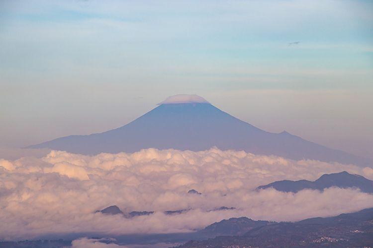 Gunung Slamet dilihat dari puncak Gunung Pakuwaja menggunakan Lensa Zoom.