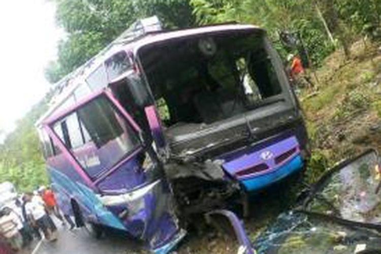 Bat Bus 12 >> Avanza Tabrak Bus Di Kolaka Lima Orang Luka Berat