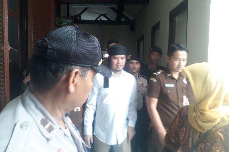 Ahmad Dhani saat berjalan memasuki ruang sidang PN Surabaya, Selasa (12/3/2019)
