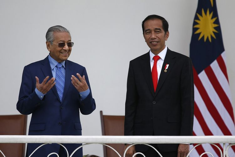 Presiden Joko Widodo (kanan) dan Perdana Menteri Malaysia Mahathir Mohammad berbincang di beranda saat kunjungan kenegaraan di Istana Presiden Bogor, Jumat (29/6/2018). Kunjungan PM Mahathir ke Indonesia yang bertajuk kunjungan perkenalan ini diisi dengan pembahasan mengenai penguatan hubungan kedua negara, baik dari sisi ekonomi, sosial, hingga kebudayaan.