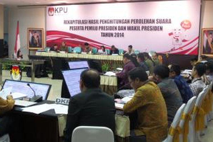 Rapat pleno rekapitulasi hasil perolehan suara Pemilu Presiden 2014 di Gedung Komisi Pemilihan Umum, Jakarta Pusat, Senin (21/7/2014).