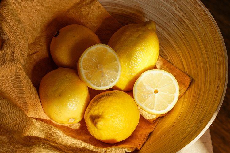 Kunyah sepotong kulit lemon atau jeruk untuk menyegarkan mulut. Asam sitrat akan merangsang kelenjar ludah dan membantu sebagai cara menghilangkan bau mulut.