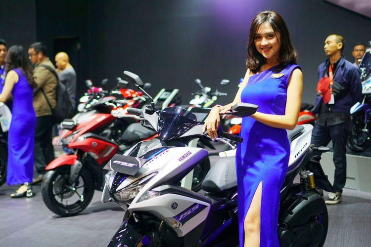 Sales Promotion Girl (SPG) beragam merek roda dua ikut menyemarakkan pameran IMOS 2018