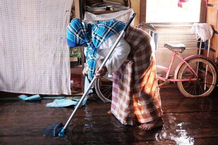 Tiap kali musim hujan yang berlangsung sejak November hingga Maret, rumah Rapeah selalu menjadi langganan banjir, atau acap dalam bahasa Melayu Pontianak.