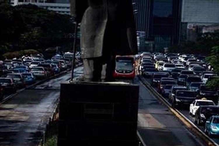Kendaraan terjebak macet di Jalan Sudirman, Jakarta di dua arah saat jam pulang kerja, Kamis (28/2/2013). Moda transportasi angkutan massal semakin mendesak untuk segera direalisasikan di Jakarta, mengingat kemacetan yang semakin parah.