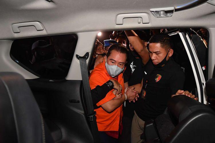 Petugas kepolisian membawa buronan kasus korupsi pengalihan hak tagih (cessie) Bank Bali Djoko Tjandra (tengah) yang ditangkap di Malaysia menuju Bareskrim Polri setibanya di Bandara Halim Perdanakusuma Jakarta, Kamis (30/7/2020).