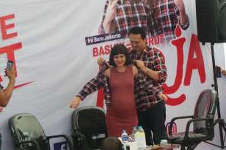Calon gubernur DKI Jakarta Basuki Tjahaja Purnama atau Ahok memakaikan kemeja kotak-kotak kepada penyanyi Andien, di Rumah Lembang, Menteng, Jakarta Pusat, Senin (21/11/2016).