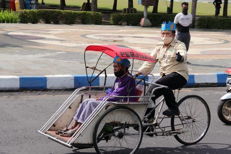 Bupati Jember Hendy Siswanto saat mencoba naik becak mengelilingi alun-alun Jember pada Rabu (15/9/2021)