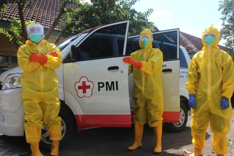 Relawan PMI Jember kehabisan baju hazmat sehingga tidak bisa mengantarkan jenazah pasien Covid-19