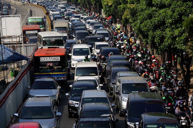 Sejumlah kendaraan terjebak kemacetan di kawasan Mampang, Jakarta Selatan, Selasa (25/7/2017). Underpass Mampang Prapatan-Kuningan akan dibangun sepanjang kurang lebih 800 meter dengan lebar 20 meter atau empat lajur jalan dan diproyeksikan dapat memperlancar arus kendaraan dari arah Mampang menuju Kuningan maupun sebaliknya. Proyek ini diperkirakan menelan biaya Rp 200 miliar.