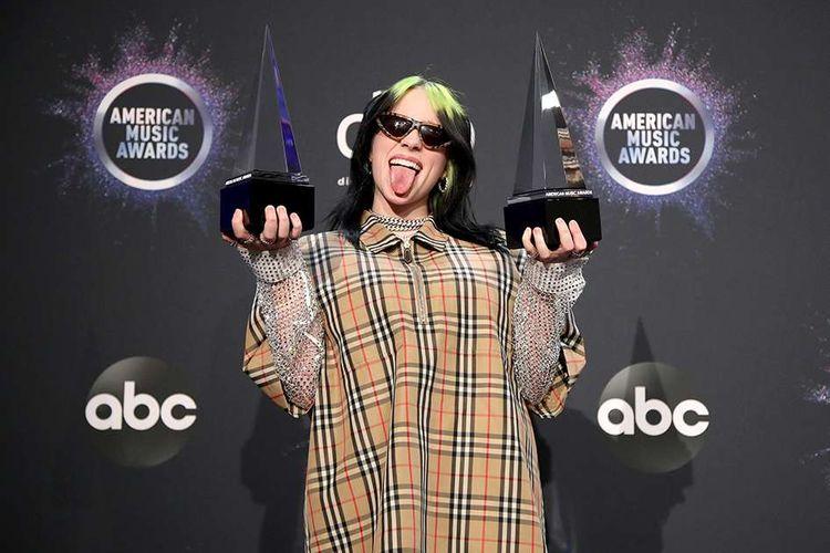 Billie Eilish usai meraih penghargaan New Artist of the Year dan Favorite Artist - Alternative Rock, berpose di press room American Music Awards (AMAs) 2019 di Microsoft Theater, LA, AS, Minggu (24/11/2019) waktu setempat. Selain pembacaan pemenang nominasi, ajang penghargaan tahunan yang kembali dihelat untuk ke-47 kalinya itu juga diisi dengan penampilan istimewa sejumlah musisi papan atas dunia.