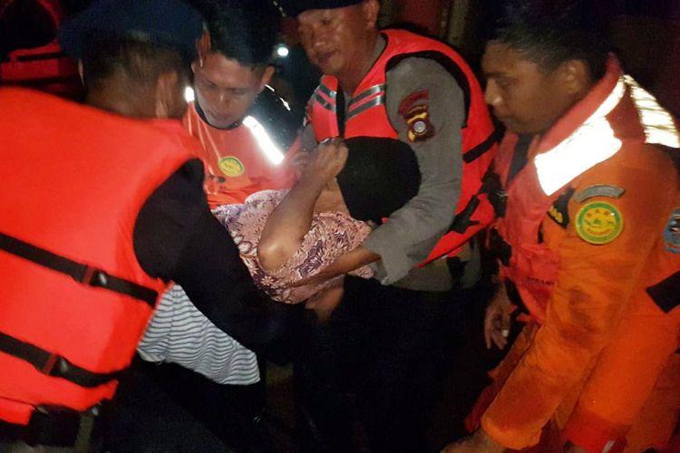 Seorang nenek dievakuasi petugas dari rumahnya yang dihantam banjir di Kabupaten Gorontalo. Korban dibawa ke Puskesmas terdekat.