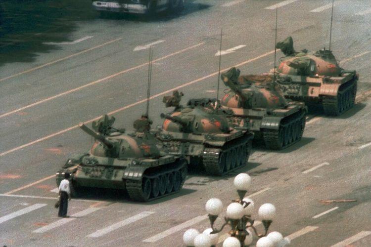 Dalam file foto tanggal 5 Juni 1989 ini, seorang pria yang kemudian dijuluki Tank Man, berdiri sendirian di depan barisan tank yang menuju ke timur di Changan Blvd Beijing, di Lapangan Tiananmen, Beijing.