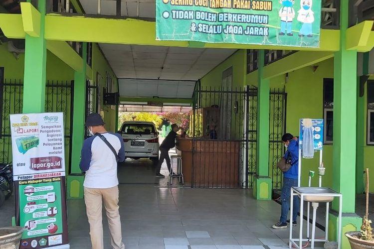 Sejumlah awak media mengunjungi MAN Kota Tegal untuk meminta klarifikasi penutupan sekolah setelah seorang siswinya terkonfirmasi positif Covid-19, Sabtu (12/9/2020).