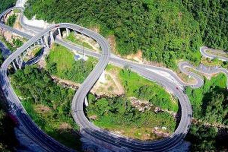 Jembatan Kelok 9 di Sumatera Barat.
