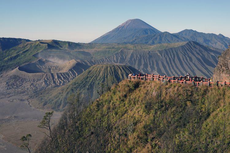 Matahari terbit dari Bukit Kingkong, untuk melihat puncak Bromo, kawasan Gunung Bromo, Podokoyo, Tosari, Pasuruan, Jawa Timur.