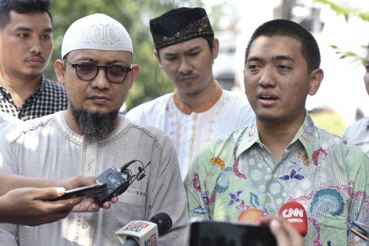 Penyidik KPK Novel Baswedan (kiri) bersama Ketua Wadah Pegawai KPK Yudi Purnomo (kanan) memberikan keterangan kepada wartawan di dekat kediamannya, di Kelapa Gading, Jakarta, Minggu (17/6/2018). Wadah Pegawai KPK mendesak Presiden Joko Widodo membentuk Tim Gabungan Pencari Fakta (TGPF) untuk mengungkap pelaku penyiraman air keras terhadap Novel Baswedan.