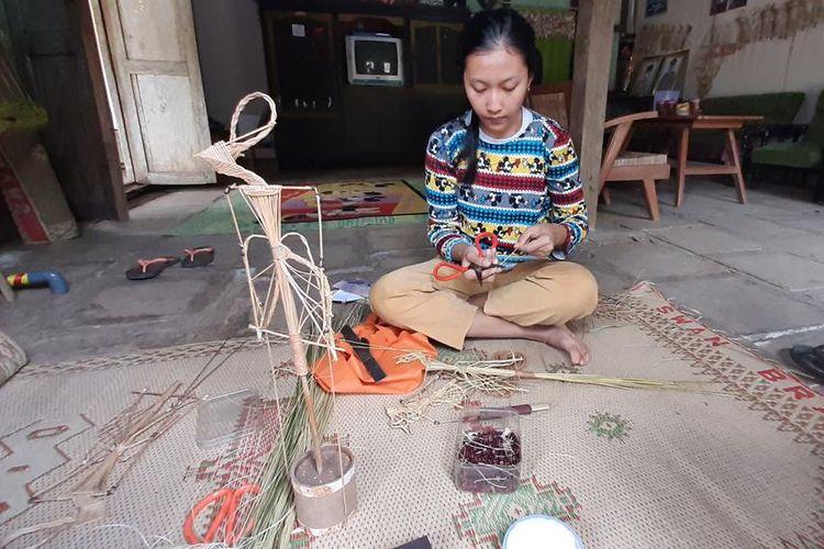 Rofitasari Rahayu (22) Sedang Membuat Wayang Sodo di Rumahnya Dusun Grogol V Bejiharjo, Karangmojo, Gunungkidul, Yogyakarta, Kamis (15/8/2019)