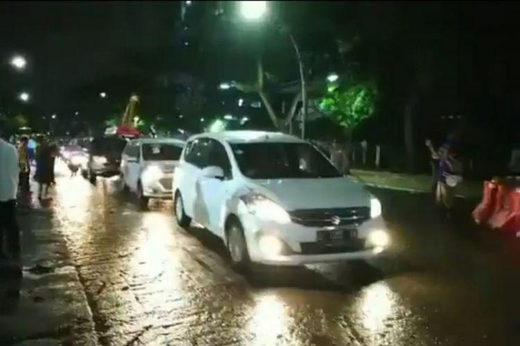 Sejumlah kendaraan melintasi Jalan Raya Gubeng, Surabaya, setelah akses jalan itu resmi dibuka kembali pada Kamis (27/12/2018) pukul 18.00 WIB.