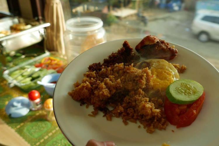 Saat KompasTravel naik KA Pariwisata gerbong Jawa dengan tujuan Semarang (digandeng Argo Muria), sarapan yang disajikan pagi itu adalah nasi goreng lengkap dengan telur dan ayam goreng.