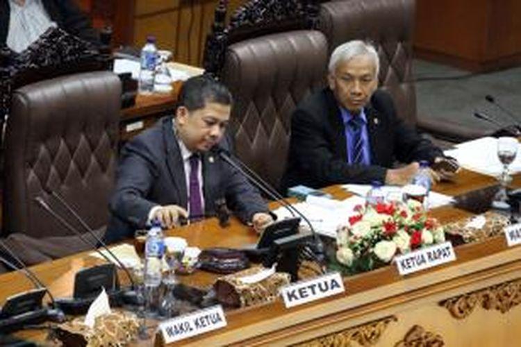 Wakil Ketua DPR RI Fahri Hamzah (kiri) memimpin rapat paripurna DPR RI yang membahas revisi UU No 17/2014 tentang UU MD3, di Gedung Parlemen, Senayan, Jakarta, Rabu (26/11/2014). Menkumham Yasonna Laoly menghadiri rapat paripurna tersebut padahal sebelumnya Presiden Joko Widodo sempat melarang para menterinya untuk menghadiri rapat dengan DPR sampai proses perdamaian anatara koalisi di parlemen terwujud. TRIBUNNEWS/DANY PERMANA