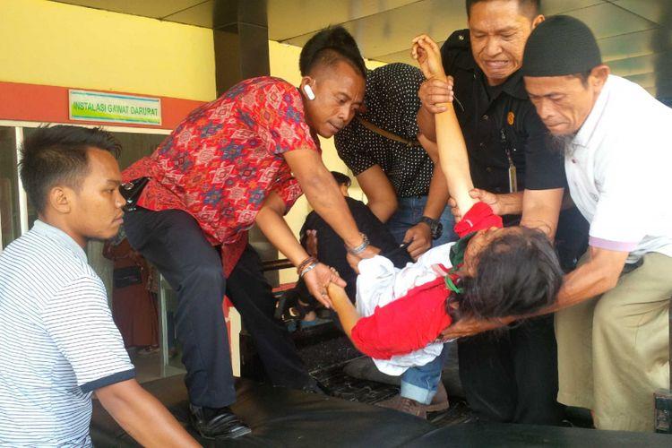 Salah seorang korban tiba di IGD RSUD Palabuhanratu, Sukabumi, Jawa Barat, Sabtu (8/9/2018).