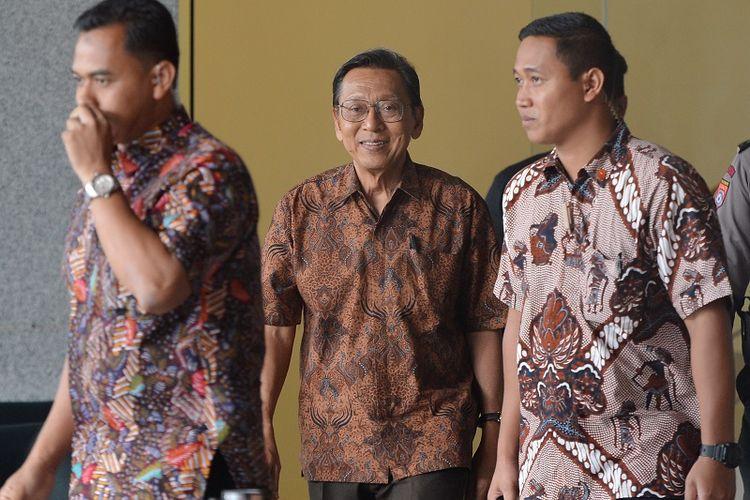 Mantan Wakil Presiden Boediono (tengah) berjalan seusai menjalani pemeriksaan di gedung KPK Jakarta, Kamis (27/12). Boediono menjalani pemeriksaan sebagai saksi terkait kasus dugaan korupsi penerbitan Surat Keterangan Lunas (SKL) Bantuan Likuiditas Bank Indonesia (BLBI) kepada Bank Dagang Nasional Indonesia (BDNI) untuk tersangka mantan Kepala Badan Penyehatan Perbankan Nasional (BPPN), Syafruddin Arsyad Temenggung.