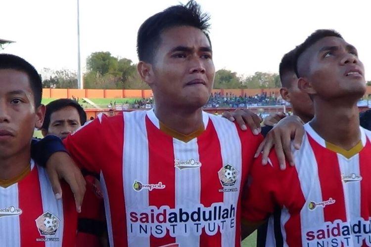 Pemain Persepam MU menangis haru karena timnya masih bisa lolos ke babak playoff untuk tetap bertahan di Liga 2