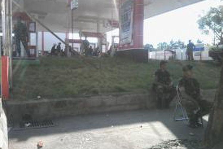 Aparat keamanan dari TNI melakukan penjagaan di SPBU Jl AP Pettarani, Makassar, Rabu (20/5/2015).