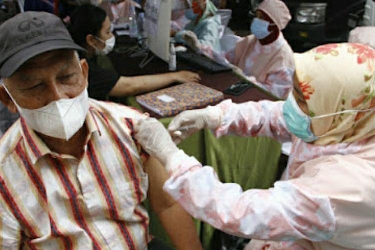 Salah seorang warga mengikuti vaksinasi yang digelar Kompas Gramedia, Kalbe Farma, dan BBPOM Pekanbaru, Selasa (7/9/2021).