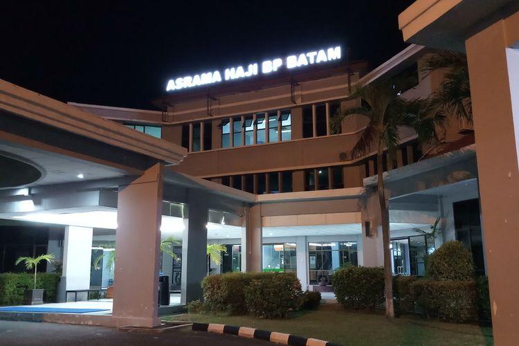 Kepala Dinas Kesehatan Provinsi Kepulauan Riau (Kepri) Tjetjep Yudiana mengaku dari 15 warga Batam yang dilakukan karantina terkait virus corona, 11 diantaranya ditempatkan di Asrama Haji Batam. 11 orang ini merupakan keluarga dan satu tukang ojek dari asisten rumah tangga (Pembantu) inisal Css (39), Senin (2/3/2020)