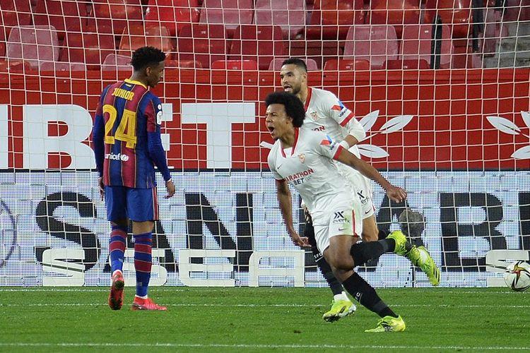 Bek Sevilla, Jules Kounde, melakukan selebrasi setelah membobol gawang Barcelona pada leg pertama semifinal Copa del Rey di Stadion Ramon Sanchez Pizjuan, Kamis (11/2/2021) dini hari WIB.