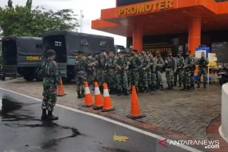 Prajurit TNI AD berbaris di depan Gedung Promoter Rumah Sakit Polri Kramat Jati, Jakarta Timur, beberapa saat menjelang kedatangan jenazah pengikut MRS yang tewas ditembak polisi di Tol Jakarta -Cikampek, Senin (7/12/2020).