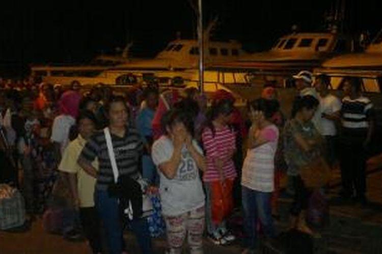 Ratusan buruh migrant illegal yang dideportasi pemerintah Malaysia di pelabuhan Tunon Taka Nunukan Jum'a (30 Oktober). Pelanggaran imigrasi masih mendominasi pemulangan buruh migrant illegal.
