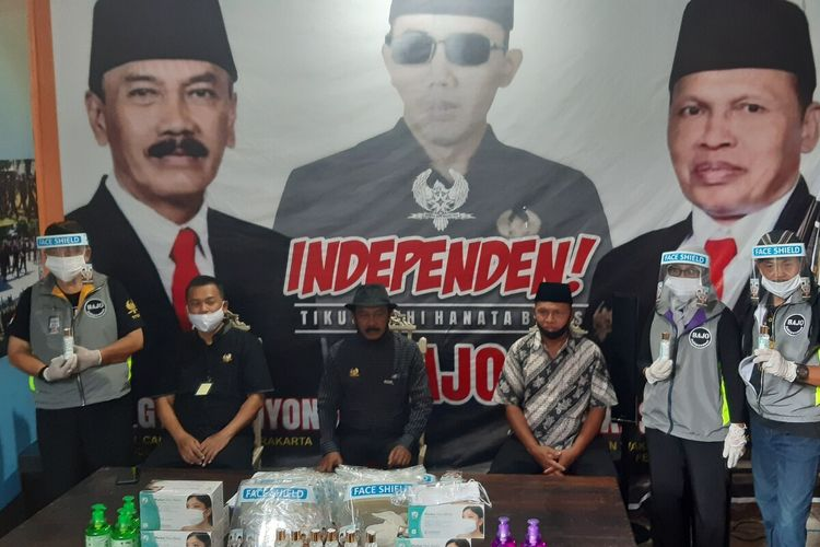 Pasangan bakal calon wali kota dan wakil wali kota Solo jalur independen, Bagyo Wahyono-FX Supardjo (Bajo) bekali petugas verifikasi faktual dengan APD di rumah pemenangan Bajo di Solo, Jawa Tengah, Jumat (26/6/2020).