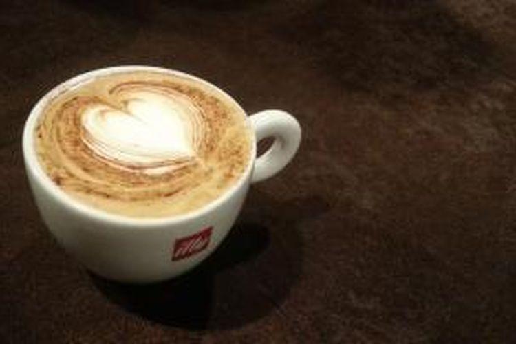 Latte art berbentuk hati, salah satu latte art favorit yang sering dibuat