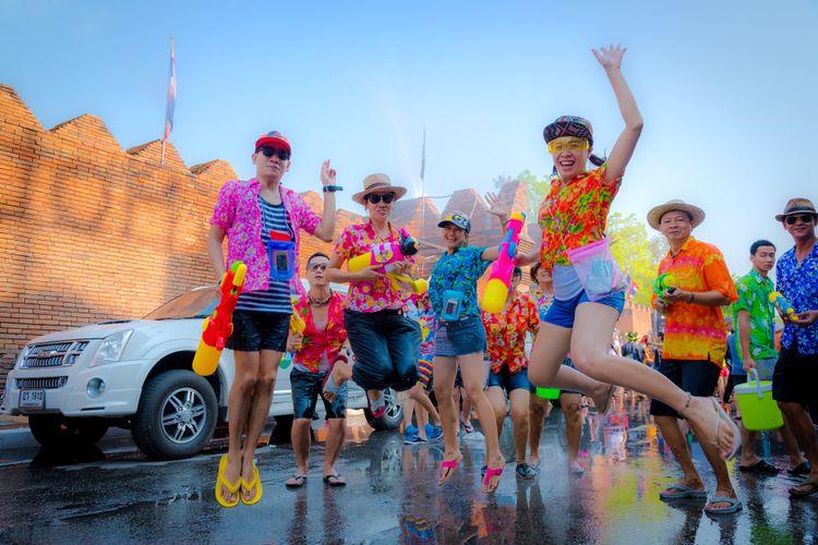 Tahun Baru Thailan, warga Thailand dan wisman saat Festival Songkran di Tha Pae Gate.