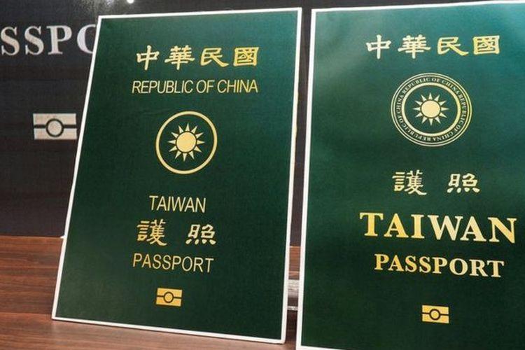 Paspor baru (kanan) dengan tulisan Taiwan yang lebih besar dan tulisan Republic of China yang lebih kecil, dibandingkan dengan paspor lama (kiri).