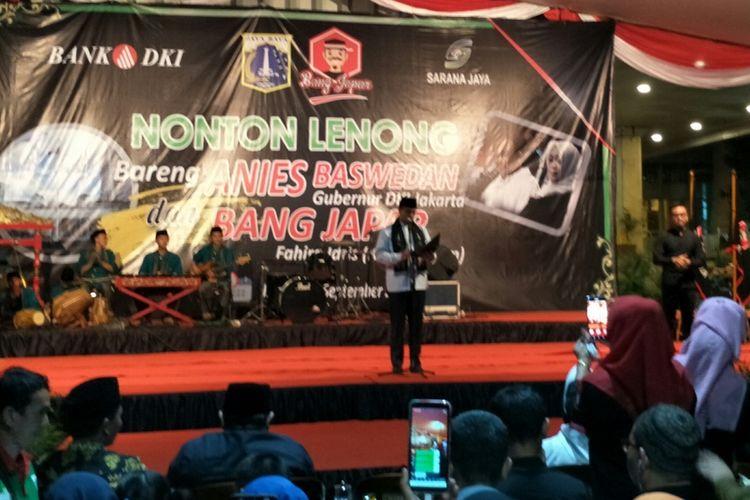 Gubernur DKI Jakarta Anies Baswedan memberikan sambutan dalam acara nonton bareng Lenong Betawi di halaman Balai Kota DKI Jakarta, Jumat (13/9/2019) malam.