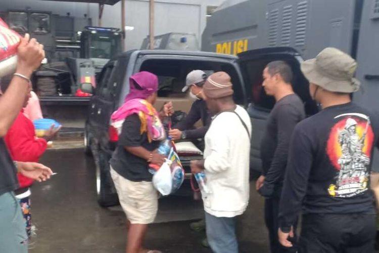 Polres Mimika ketika mengamankan enam warga yang akan menyuplai bama ke KKB, Selasa (7/4).