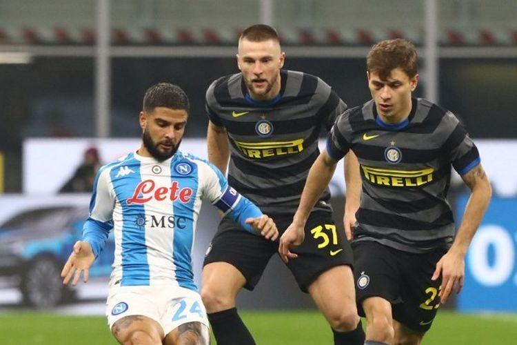 Kapten Napoli, Lorenzo Insigne, dikawal oleh gelandang Inter Milan, Nicolo Barella, pada laga lanjutan pekan ke-12 Liga Italia di Stadion Giuseppe Meazza, Kamis (17/12/2020) dini hari WIB.