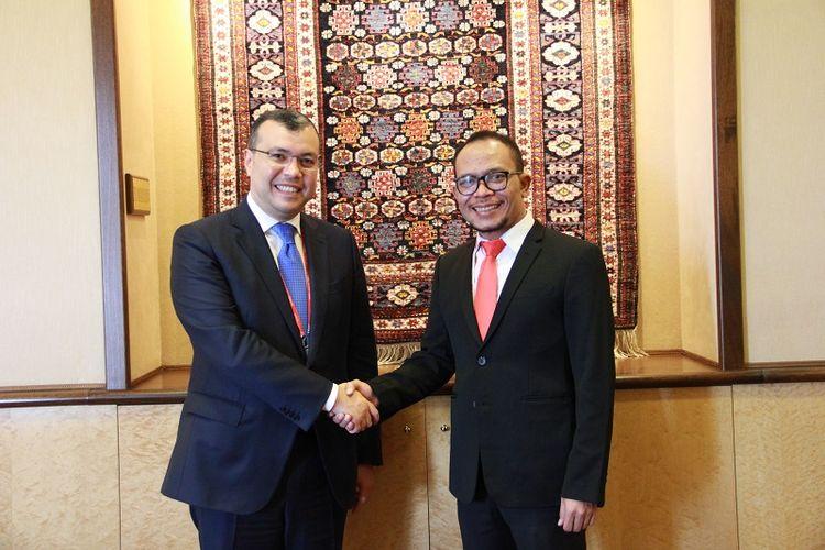 Menteri Ketenagakerjaan (Menaker) M. Hanif Dhakiri bersalaman dengan Menteri Tenaga Kerja dan Perlindungan Sosial Republik Azerbaijan, Sahil Babayev usai melakukan pertemuan bilateral di Jenewa, Swiss, Kamis (20/6/2019).