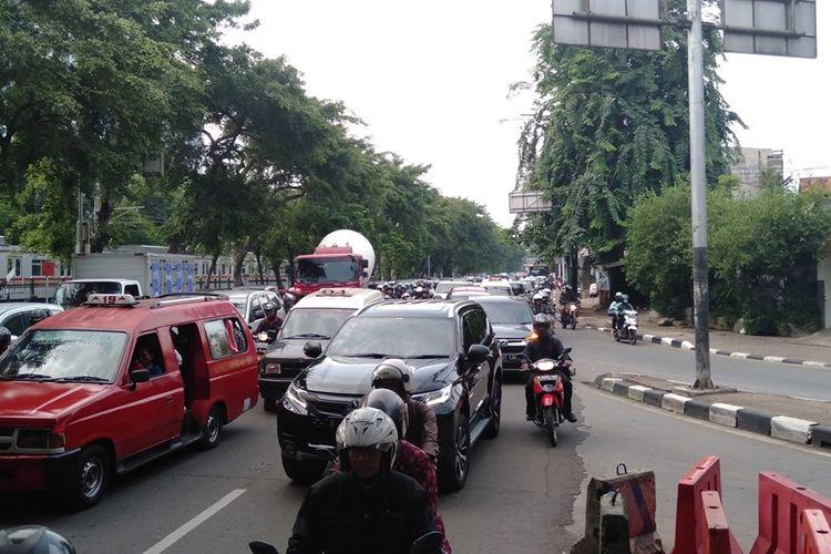 kemacetan terjadi di kolong Flyover Jagakarsa, Senin (2/12/2019)
