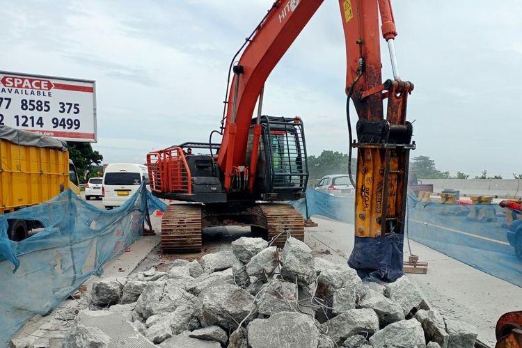 Persiapan pekerjaan di Jalan Tol Jagorawi.